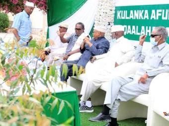 Masuuliyiinta Baanka Dhexe Ee Somaliland Oo Afur Wadareed Kumaamuusay Shaqaalaha Laamaha Baanka + Muuqaal